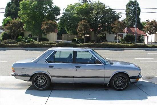 Снимки: Набутаха V8 двигател под капака на старо BMW 5-а Серия