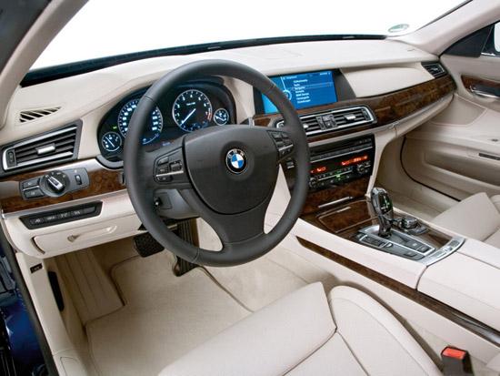Снимки: Откраднаха BMW 750i xDrive в Детройт по време на изложението