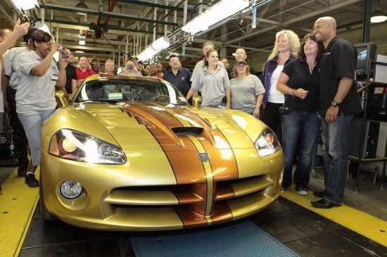 Снимки: От конвейера слезе последният Dodge Viper