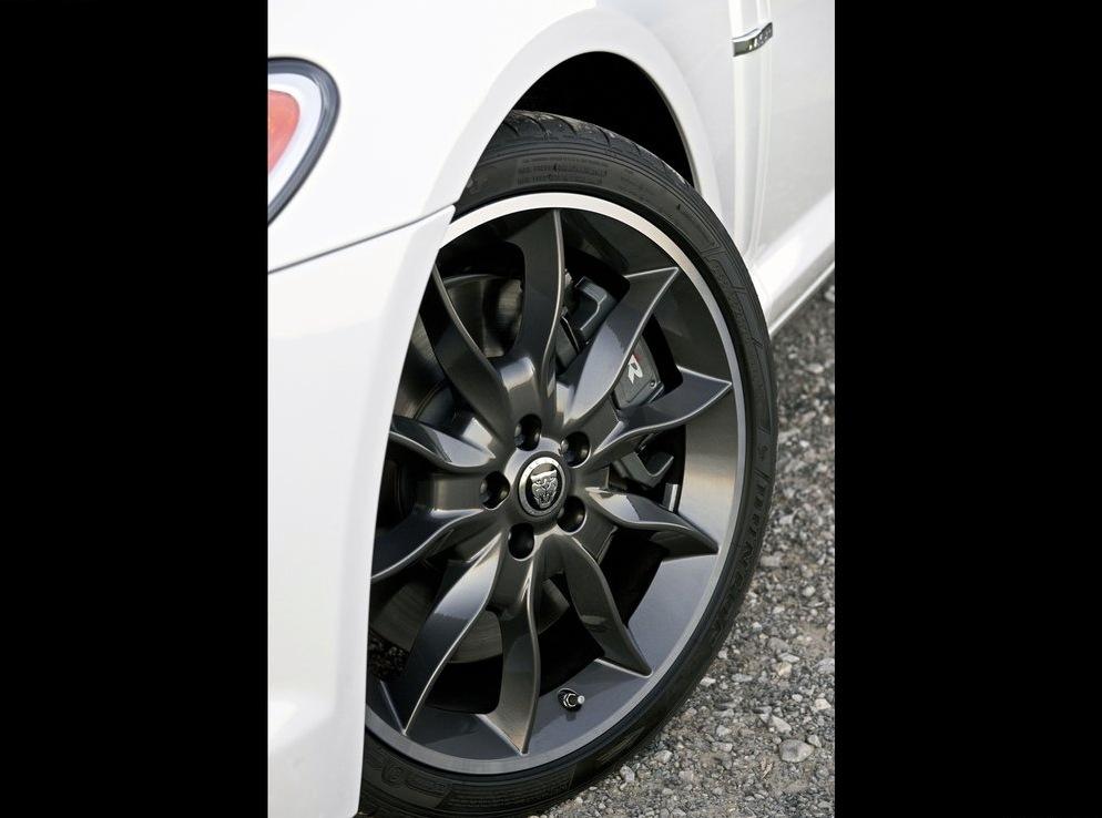 Снимки: Jaguar XF получи нов чар, благодарение на Black Pack