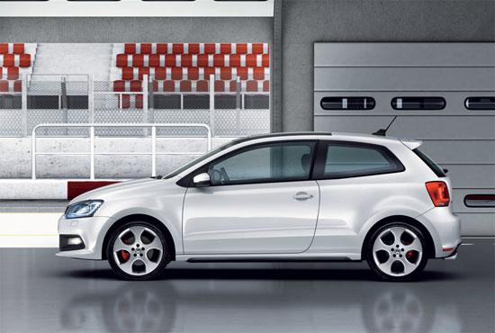 """Снимки: """"Горещия"""" хечбек VW Polo R предизвиква интерес"""