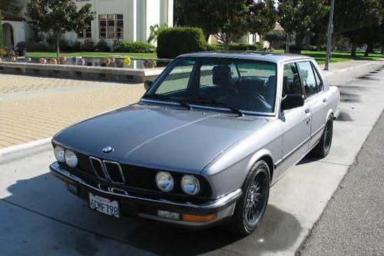 Набутаха V8 двигател под капака на старо BMW 5-а Серия